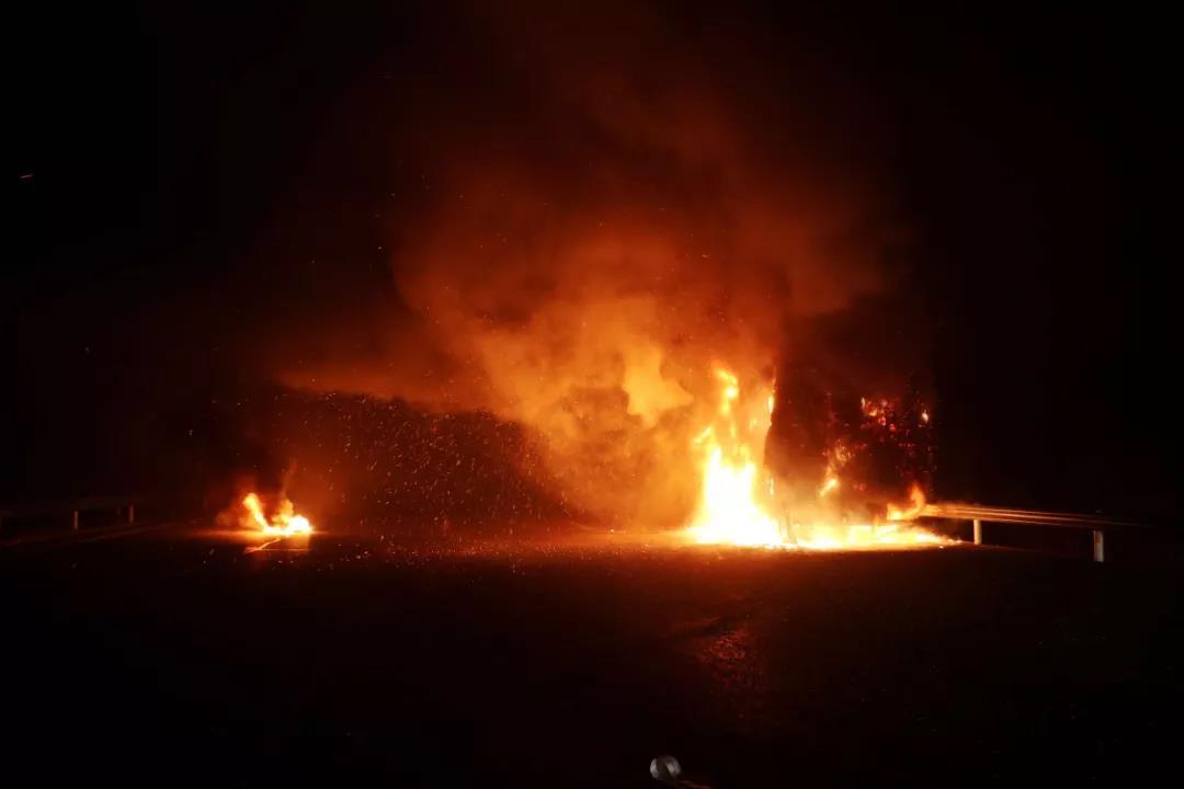 火光冲天!安阳高速一货车突起大火!22吨货物被烧!