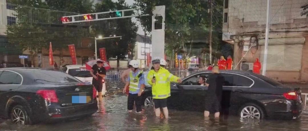 安阳暴雨,一男子竟在马路上游泳!